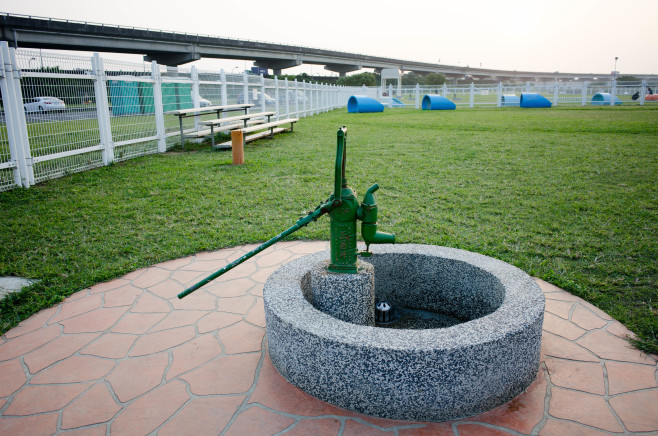 Piston_Water_Pump_at_Yingfeng_DogRun_Area_20141014a