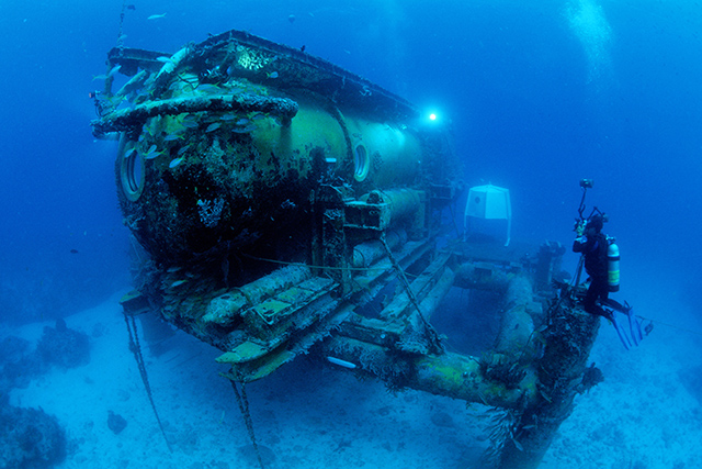 Aquarius underwater research habitat allows marine scientists to study coral reefs for extended time periods, Florida, USA, Atlantic Ocean